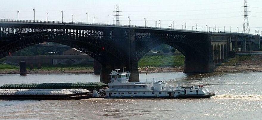 640px-Mississippi_barge_at_Eads_Bridge.jpg