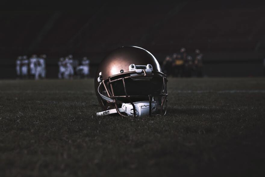 helmet-on-the-ground-2862718.jpg