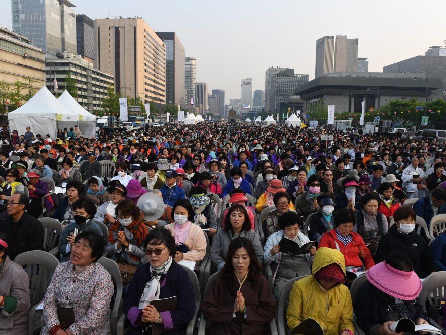 Buddhist followers attend a rally in Seoul to pray for the success of the Inter-Korean Summit.