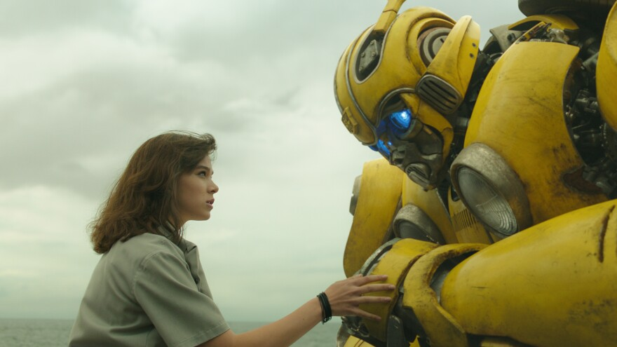 Charlie (Hailee Steinfeld) and Bumblebee (as himself) are more than meets the eye in <em>Bumblebee</em>.