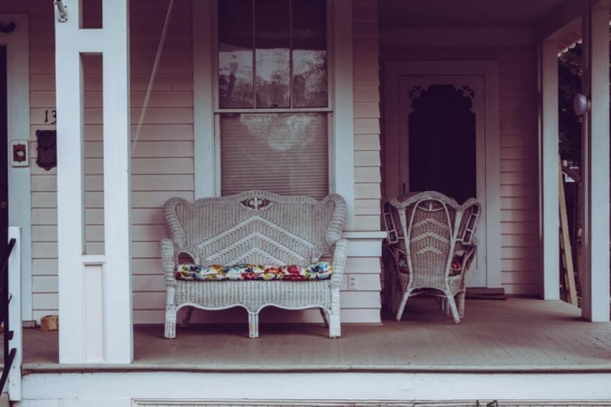 white-wicker-padded-bench-992727.jpg