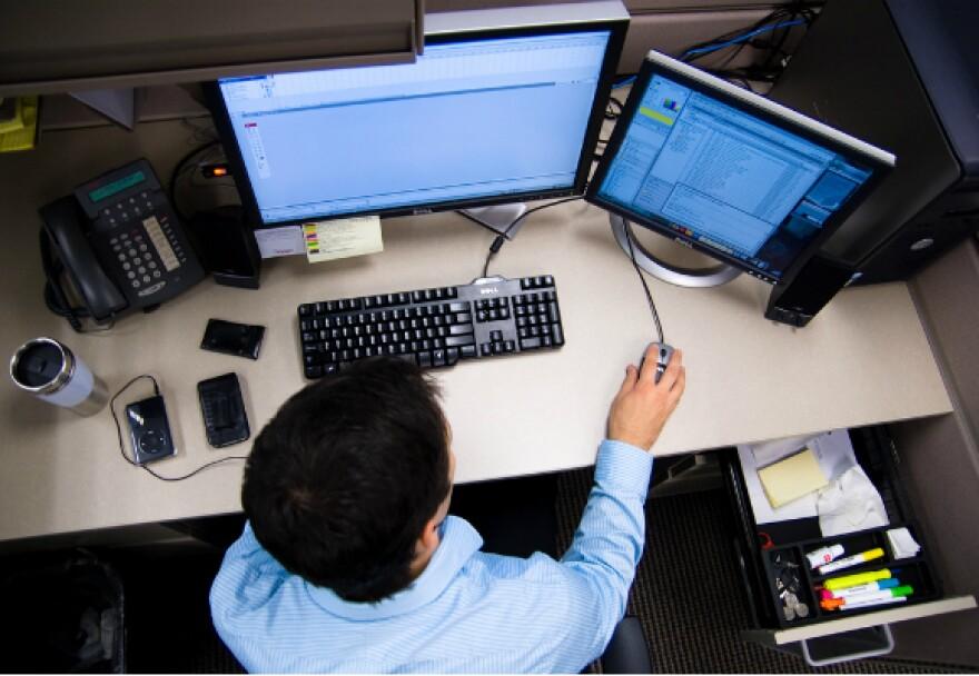 Man_at_Desk_using_computer_-_Overhead_shot_-_Photo_by_Caleb_Miller_580x400.jpg.jpg