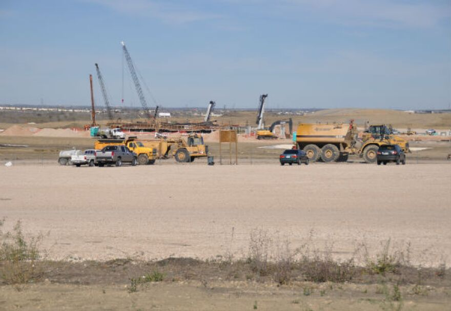 Wide_shot_cranes_and_trucks_580x400_by_Lucia_Duncan.jpg