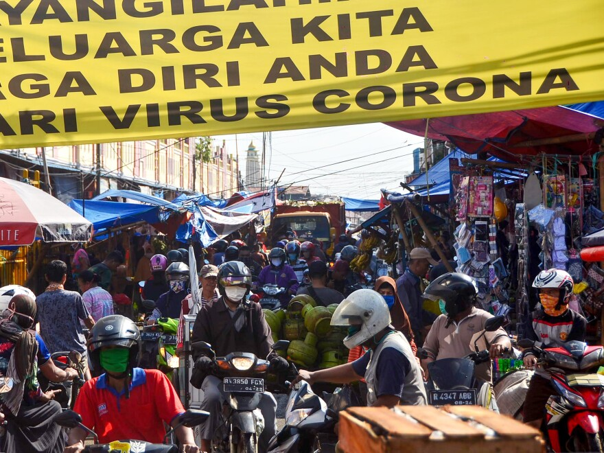 Indonesians at a traditional market in Bekasi, West Java, on Thursday appear to be ignoring social distancing rules the government put in place to prevent the spread of COVID-19.