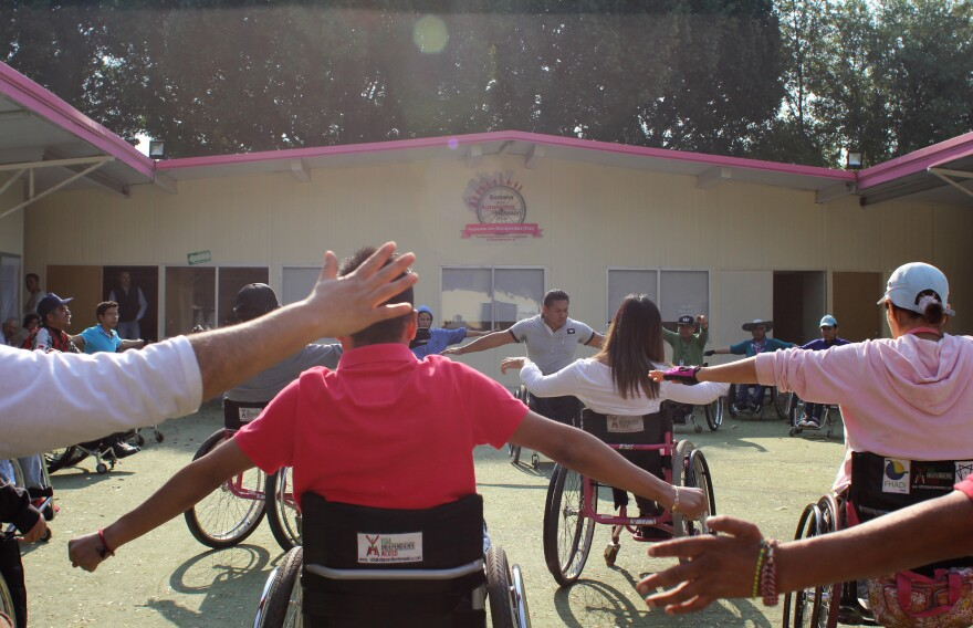 Students at the Vida Independiente wheelchair workshop warm up before class.
