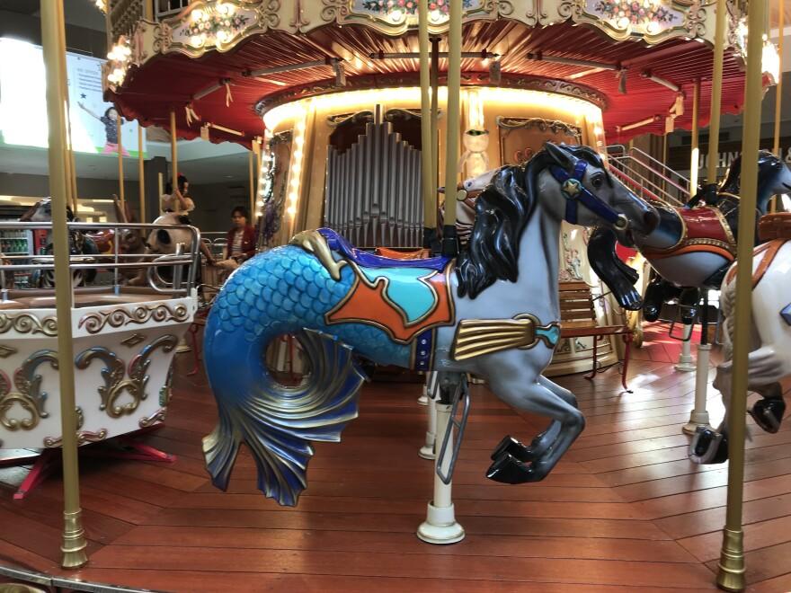 102319_lh_oak_park_mall_carousel_libby_hanssen.jpg