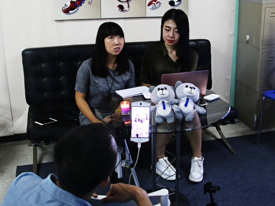 Aspiring Internet star Huang Xian'er (right) live-streams a chat with a guest about hiking around Beijing.
