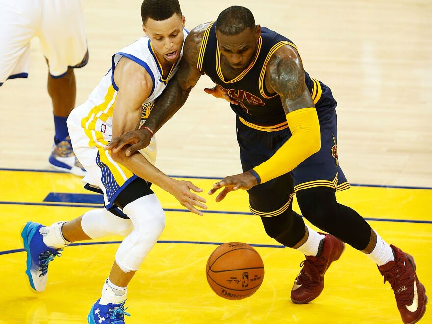 Golden State Warriors guard Stephen Curry (left) and then-Cleveland Cavaliers forward LeBron James scramble for a loose ball during Game 1 of the 2016 NBA Finals.