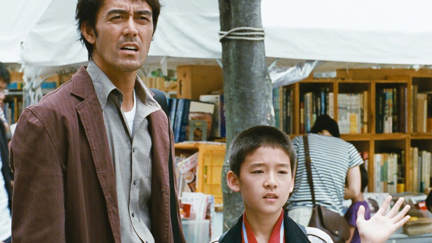 Ryôta (Hiroshi Abe) and son Shingo (Taiyô Yoshizawa) visit a market in <em>After the Storm</em>.