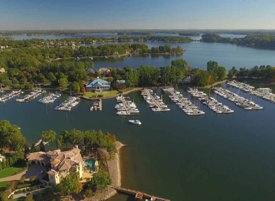 Lake_Norman_-_Peninsula_Yacht_Club.jpg