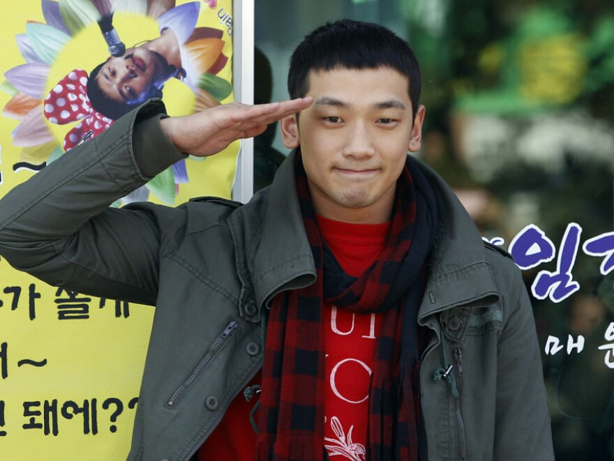 <p>South Korean pop singer Rain gave a military salute to his fans today before entering the army.</p>