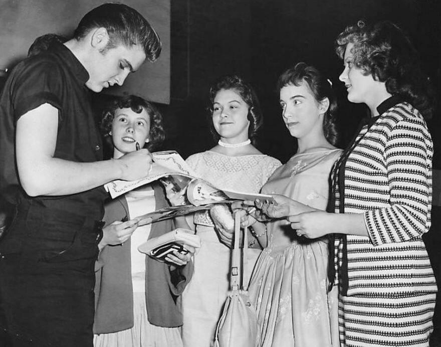 Elvis_signs_autographs_in_Minneapolis_1956.jpg