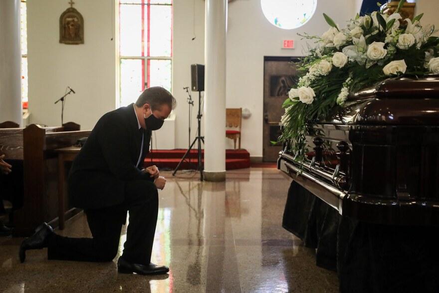 Charles Villasenor reza delante del ataúd de su madre durante su funeral el jueves.