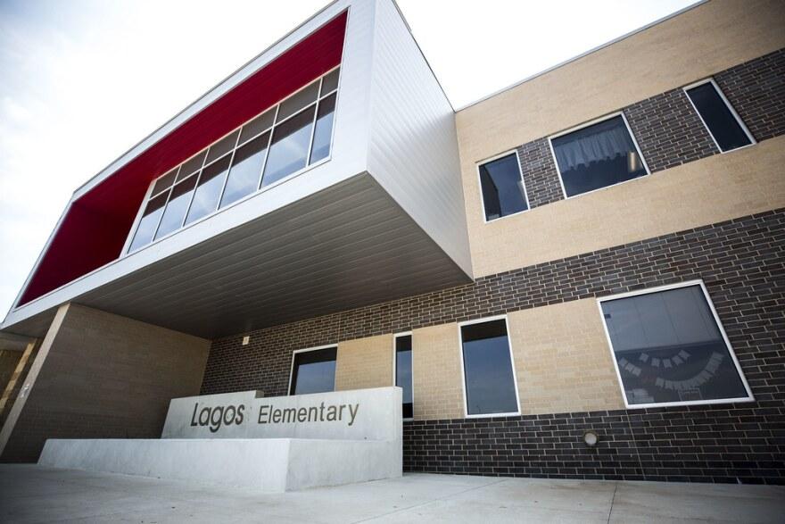 """Construcción de la escuela primaria Lagos, una escuela del Distrito Escolar Independiente de Manor que fue """"modernizada,"""" término en 2017."""