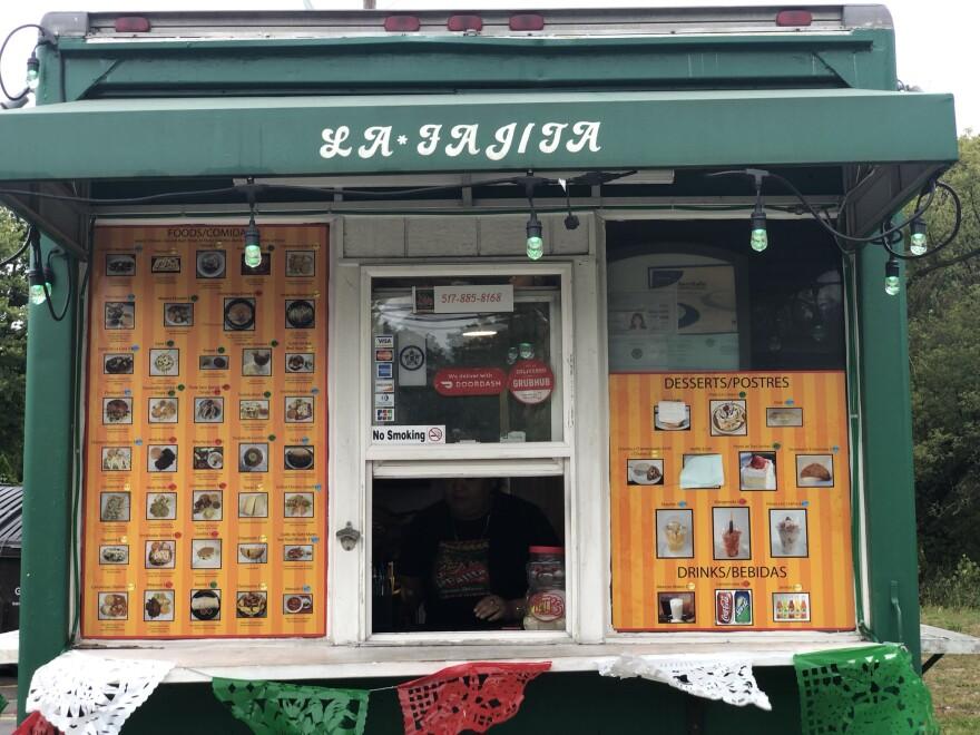 Frente al food truck La Fajita.  Se registra una lista en la ventana y en la ventana donde se abre el pedido del cliente.