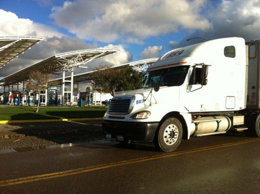 Fronteras_130314_Border_Lines_truck.jpg