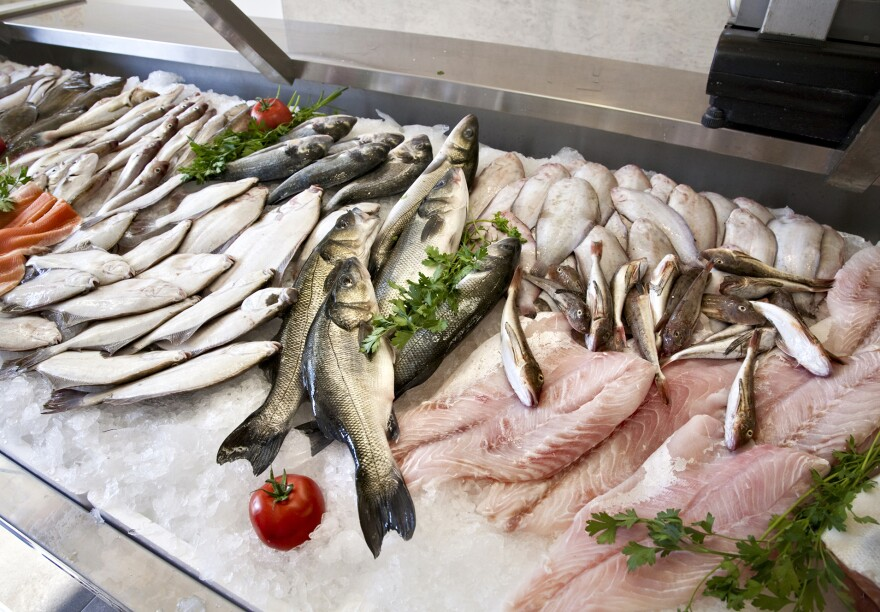 Raw fresh fish for sale at a supermarket. Using seafood guides to decide which fish is the most environmentally choice can be difficult when different guides make slightly different recommendations.
