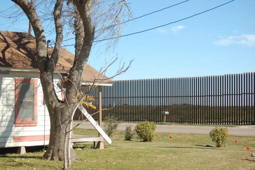 Border_wall_neighbor_house.jpg
