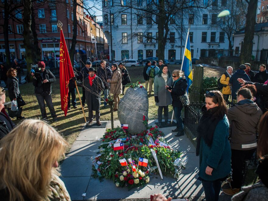 People lay flowers on the grave of former Swedish Prime Minister Olof Palme 30 years after his death.
