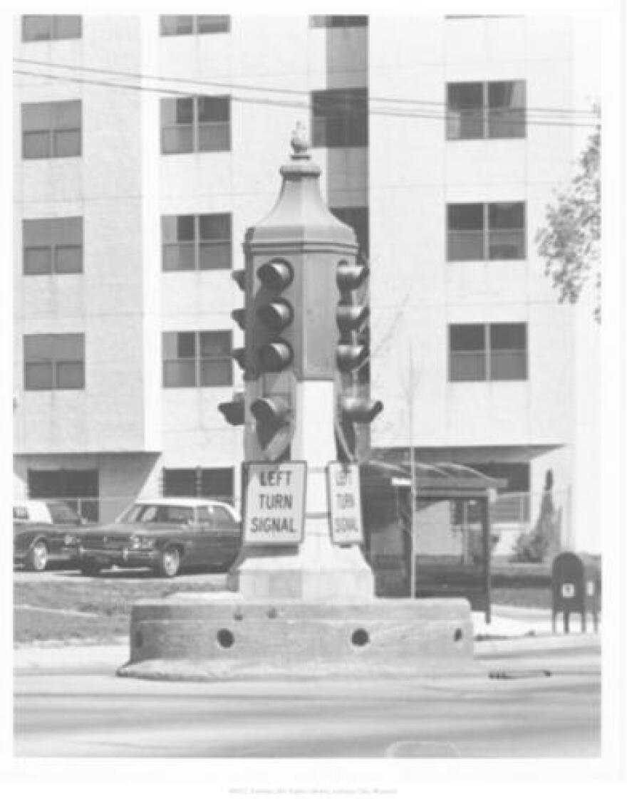 full_view_of_the_stoplight_at_the_intersection_of_linwood_and_the_paseo_1989.jpg
