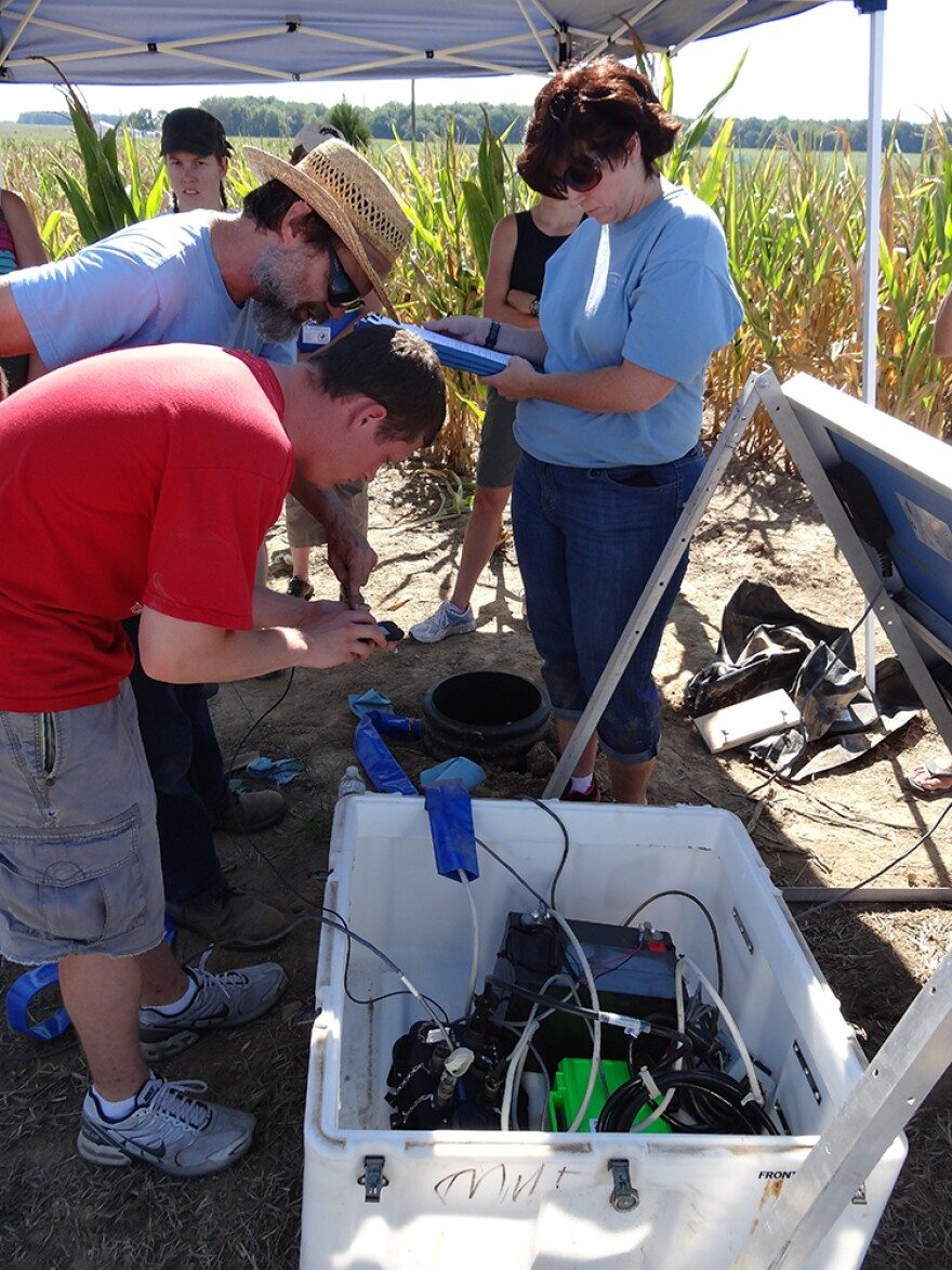 Indiana University geologist Gary Pavlis works with Earth science teachers from Illinois and Indiana to help install an OIINK seismic station in southern Illinois.