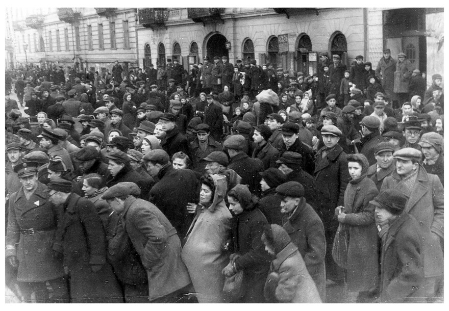 Crowds of Jews in the Warsaw ghetto, Poland, 1942. The crowded conditions were conducive to the spread of typhus, but the number of cases dropped dramatically in the winter of 1941. A new study tries to determine the reasons for this public health success in the most dire of circumstances.