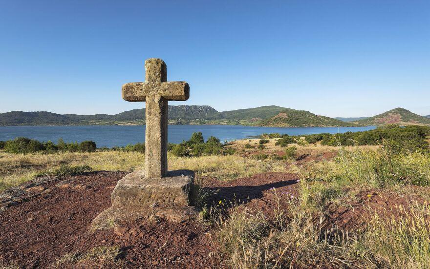 Christian_cross_at_Salagou_Lake_France.jpg