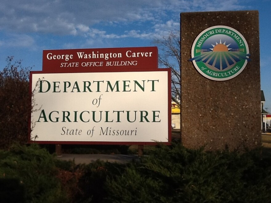 mo._dept._of_ag_sign_in_jefferson_city.jpg