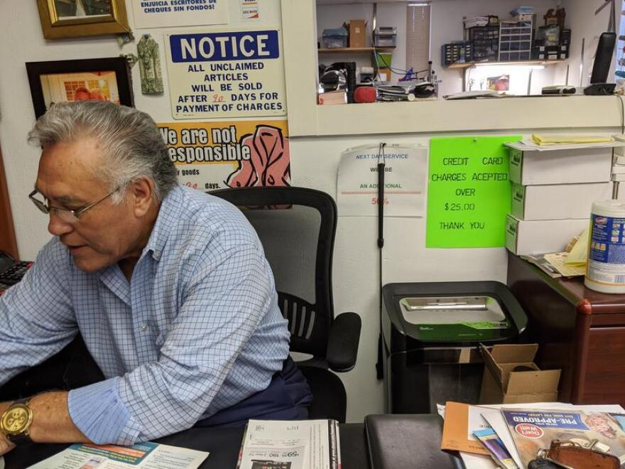 Juan Ríos trabaja en su negocio, Chicago Custom Tailor Shop.