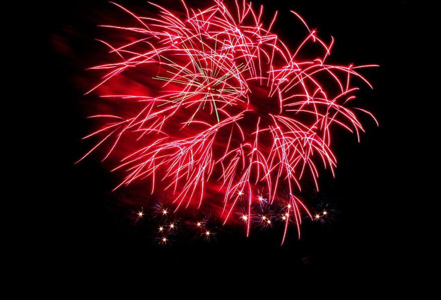 1024px-Fireworks_5051.jpg
