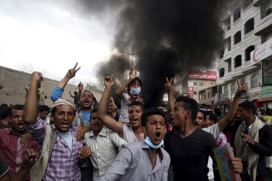 Anti-Houthi protesters demonstrate in Yemen's southwestern city of Taiz on Monday.
