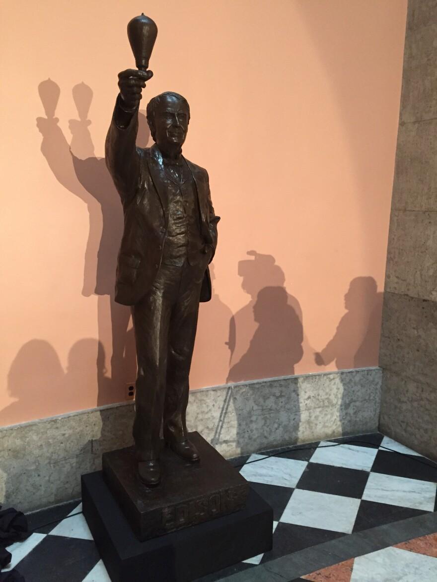 photo of Thomas Edison statue