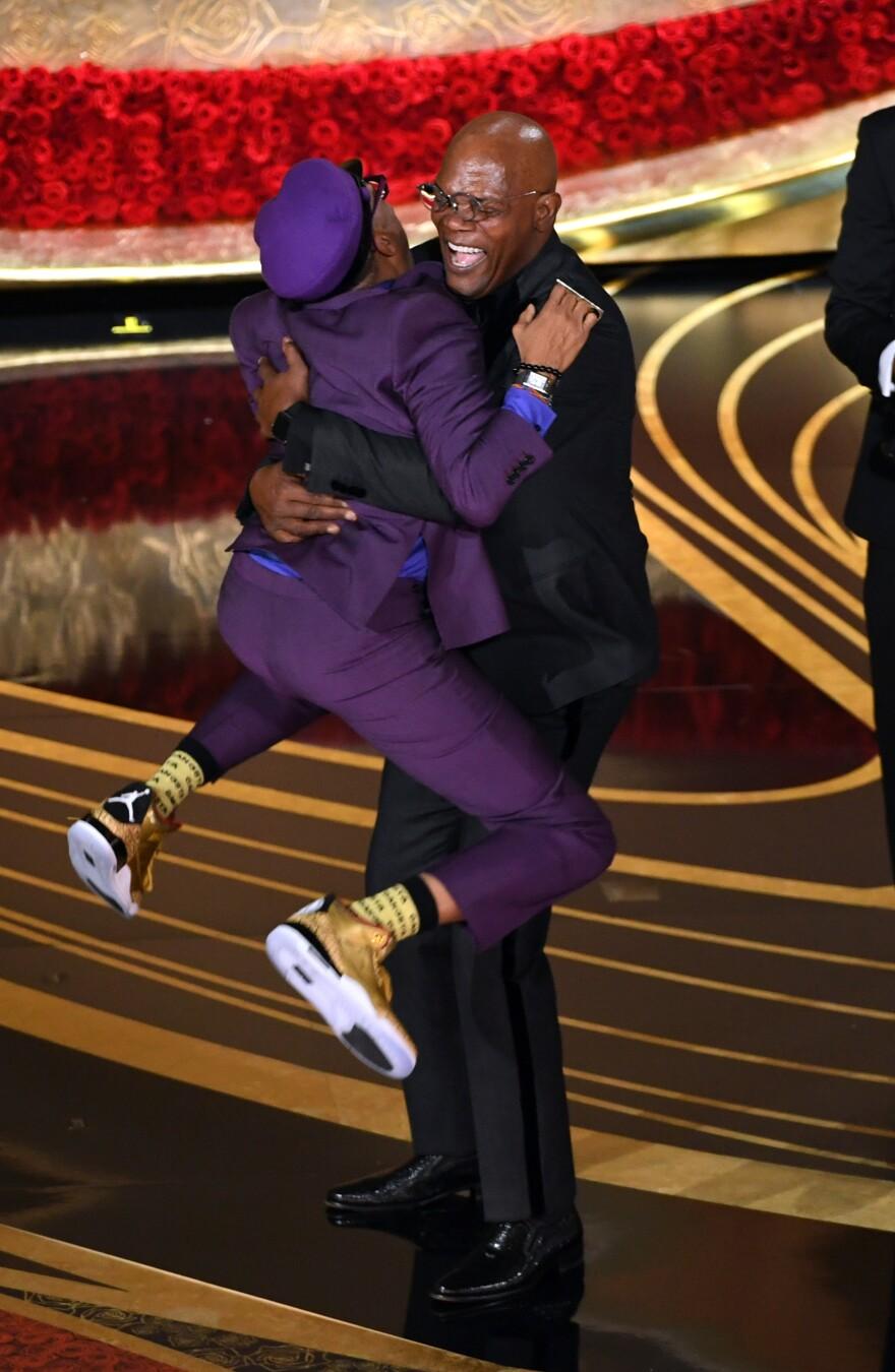 Spike Lee accepts the best adapted screenplay award for <em>BlacKkKlansman</em> from Samuel L. Jackson.
