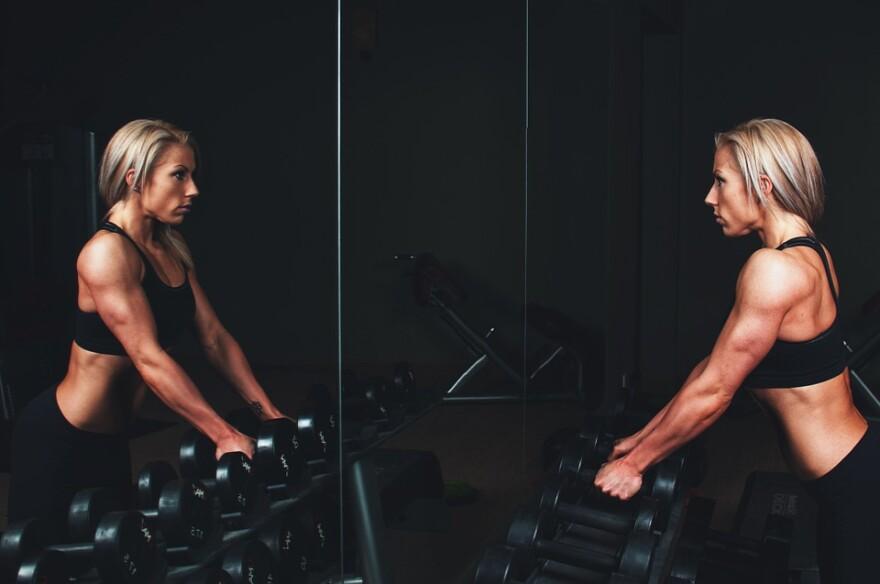 women_weights_mirror.jpg