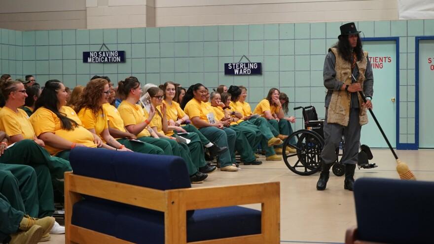 female_inmates_laugh.jpg