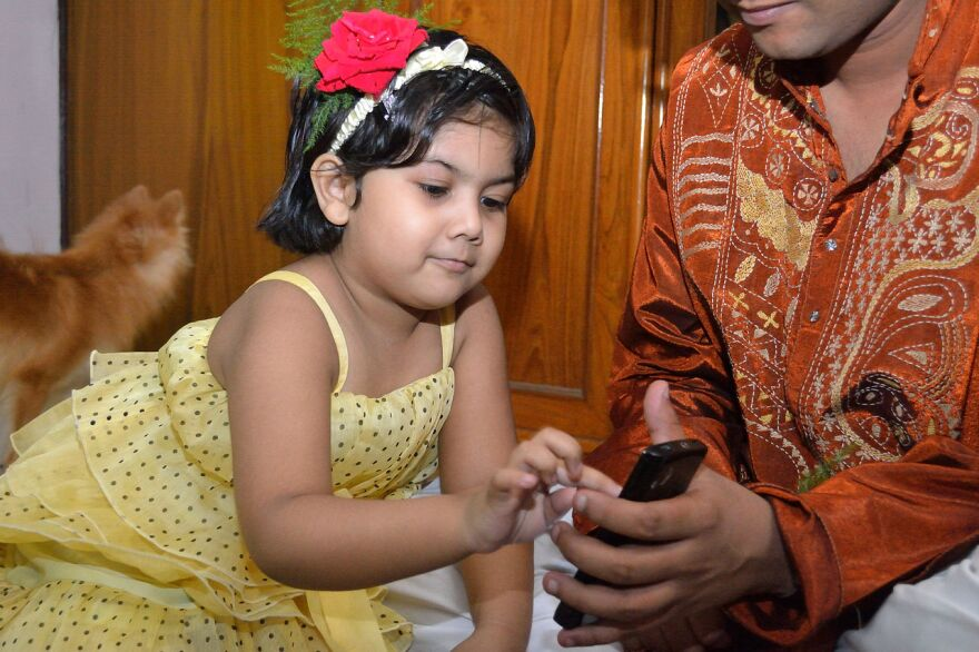 child_w_smartphone.jpg