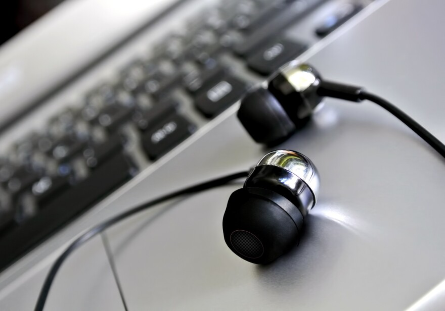 headphones-1854090_1920.jpg