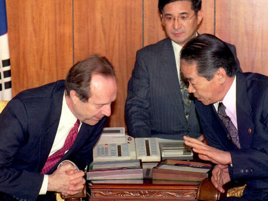 U.S. former Defense Secretary William Perry (left) and South Korean Defense Minister Rhee Byoung-tae confer at the Ministry of National Defense in Seoul in April 1994.