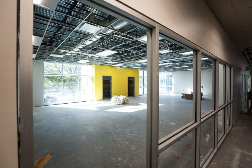 Se abre la escuela nueva, con ventanas que dan vista a los centros de aprendizaje.