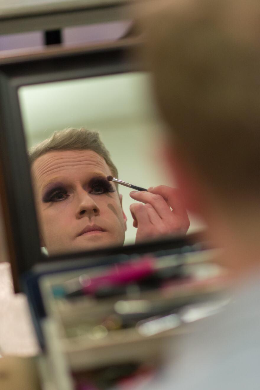 Jonathan McNeal, aka Ileasa Plymouth, applying makeup