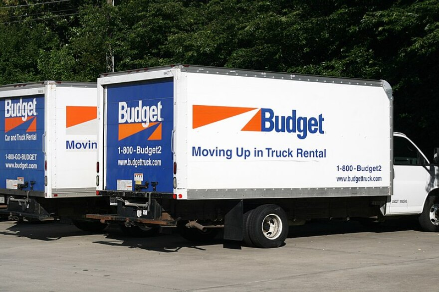 800px-2010-07-02_Budget_moving_trucks.jpg
