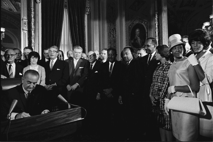 LyndonJohnson_signs_Voting_Rights_Act_of_1965.jpg