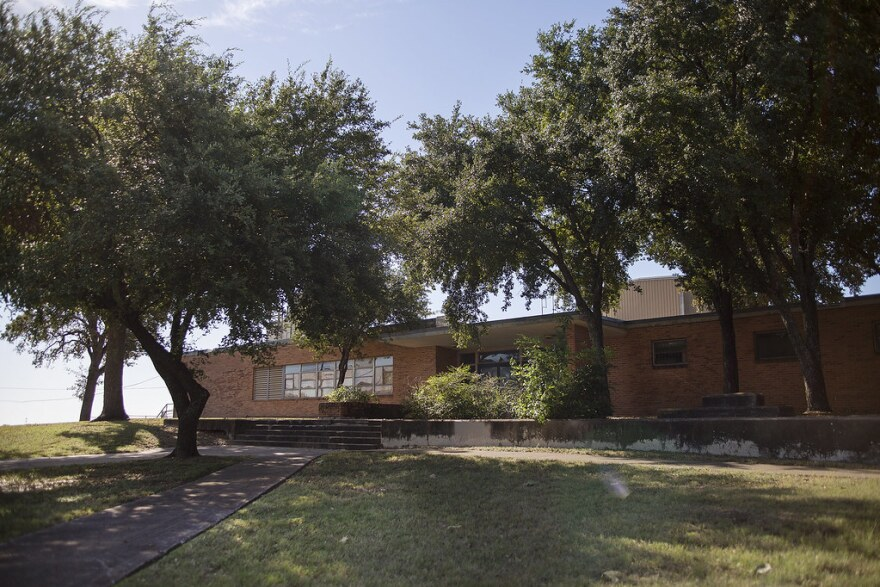 Durante la segregación, los estudiantes negros fueron a la Escuela Preparatoria LC Anderson en el este de Austin. El edificio, que fue recientemente demolido, era un símbolo de excelencia para la comunidad, dice Ora Houston, ex miembro del Consejo Municip