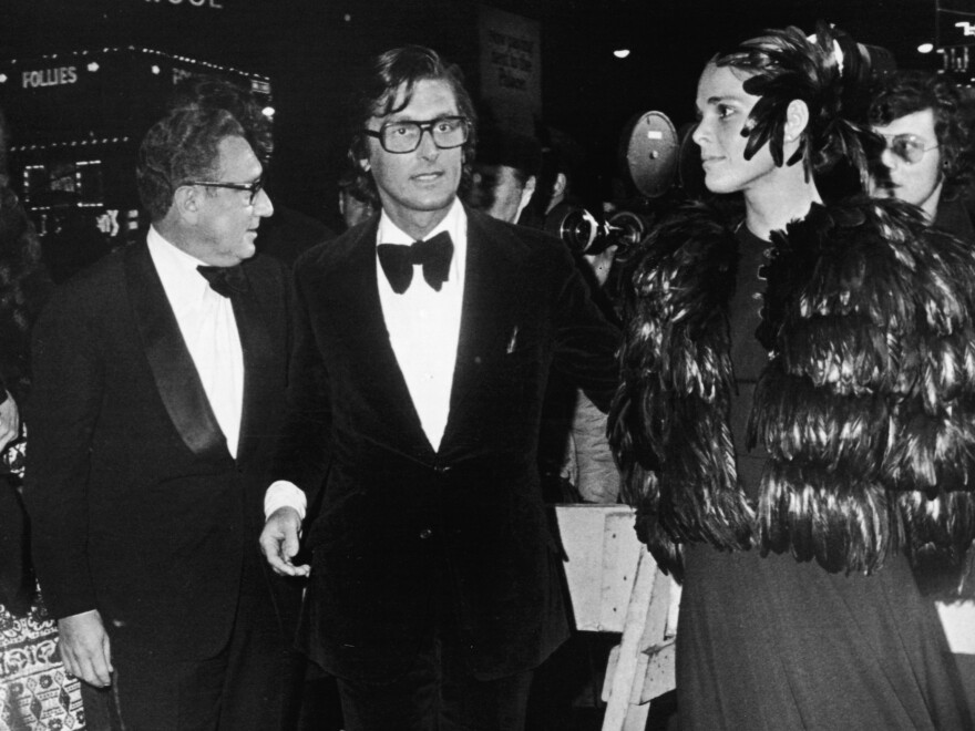 Evans with his then wife, actress Ali MacGraw, and Secretary of State Henry Kissinger at the 1972 New York premiere of <em>The Godfather.</em>