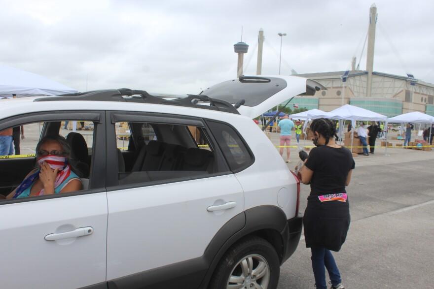 Cars-2-Alamodome-Food-Bank-PALACIOS-04172020.JPG