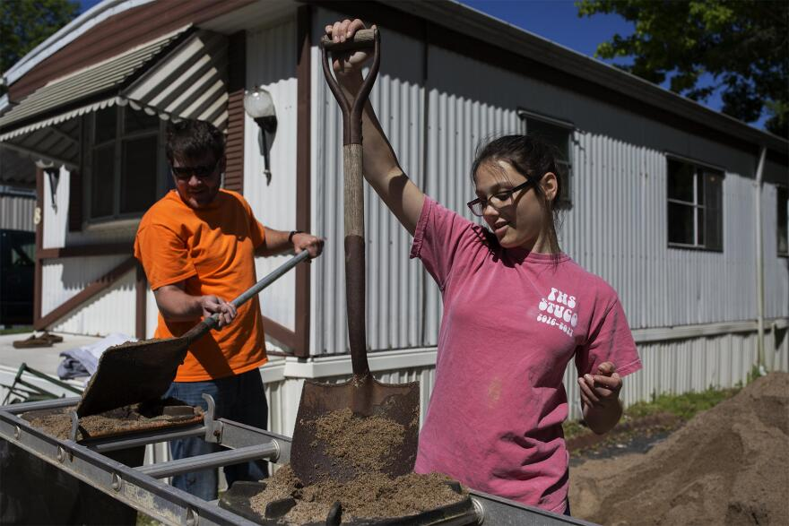 Summer Smith, 15, helps neighbors fill sandbags to protect their homes from floodwaters Tuesday morning at the Starling Mobile Home Community in Arnold. (May 2, 2017)