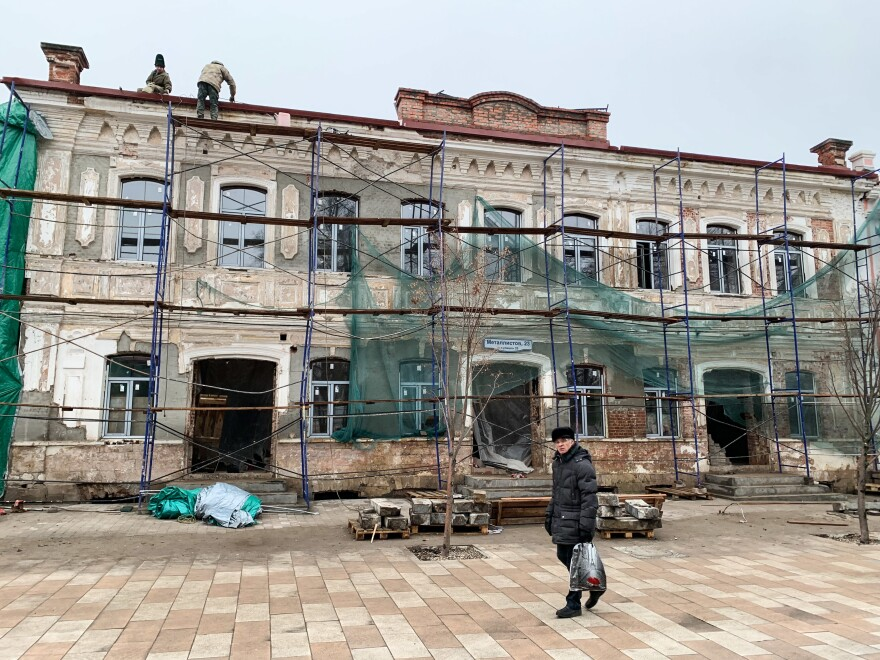 Workers renovate a historical building on a new pedestrian street in Tula, Russia. After Putin named one of his bodyguards the local governor, the city has experienced an urban revival, with moribund factories turned into cutting-edge cultural centers.