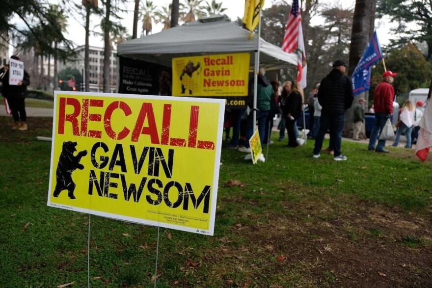 Thống Đốc Gavin Newsom nói chủ mưu truất phế ông là các tổ chức dân quân cựu hữu, QAnon, và chống di dân, đúng không?