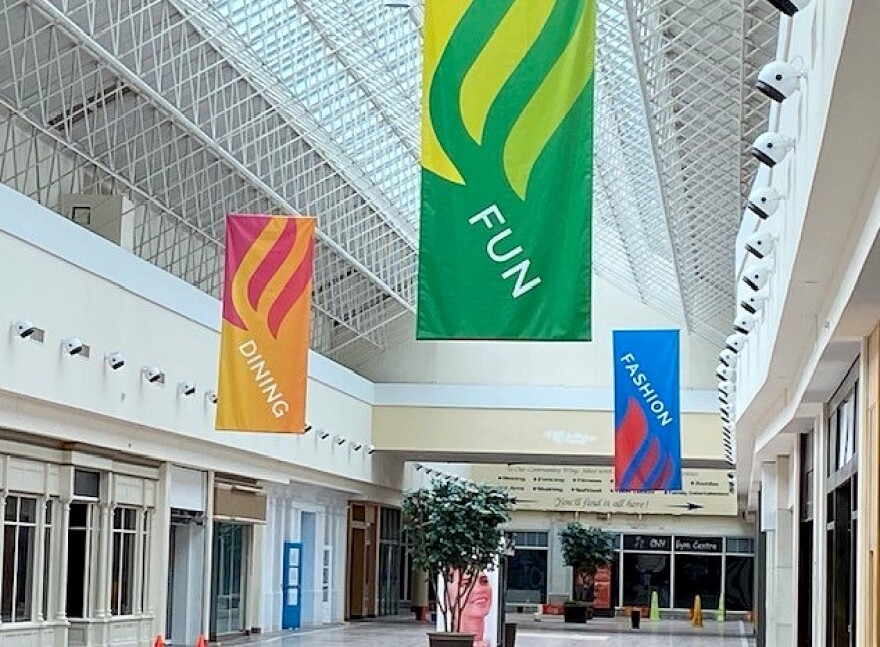 Shoppingtown vacante inside.jpg