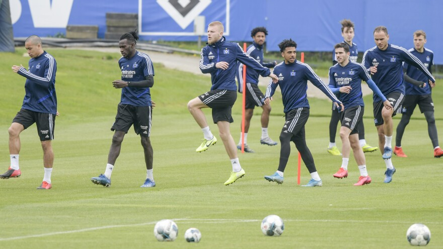 Hamburg soccer players head to the team's training kickoff on Thursday.